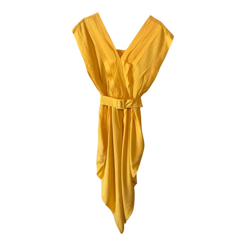Robe jaune ceinturée