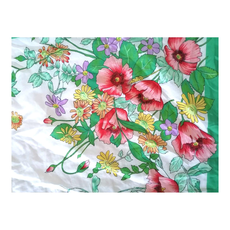 Foulard satiné à fleurs