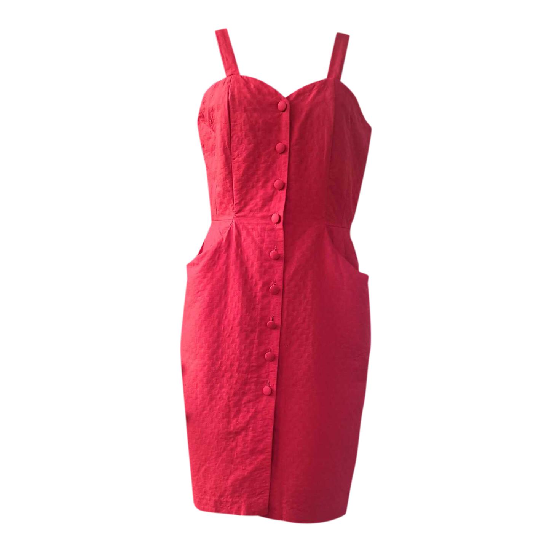 Robe rouge boutonnée