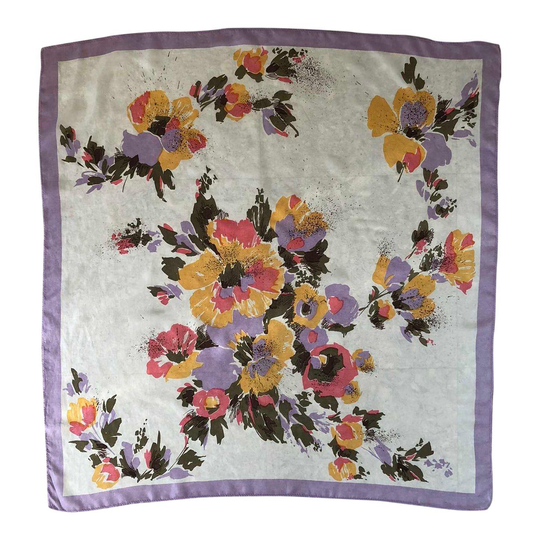 Carré en soie à fleurs, couleurs paste